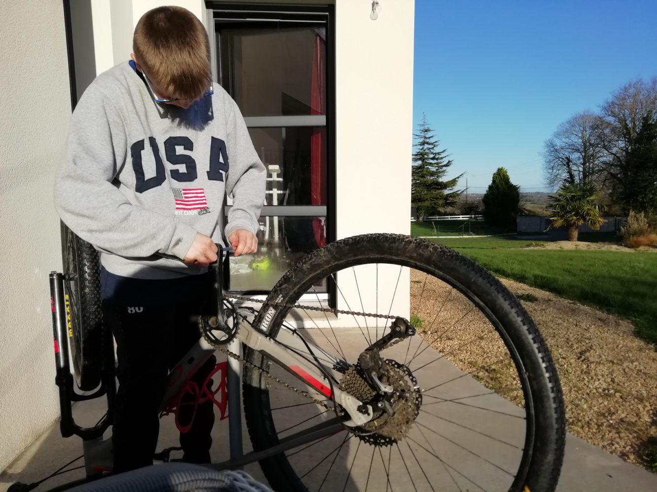 Jonas entretient son vélo